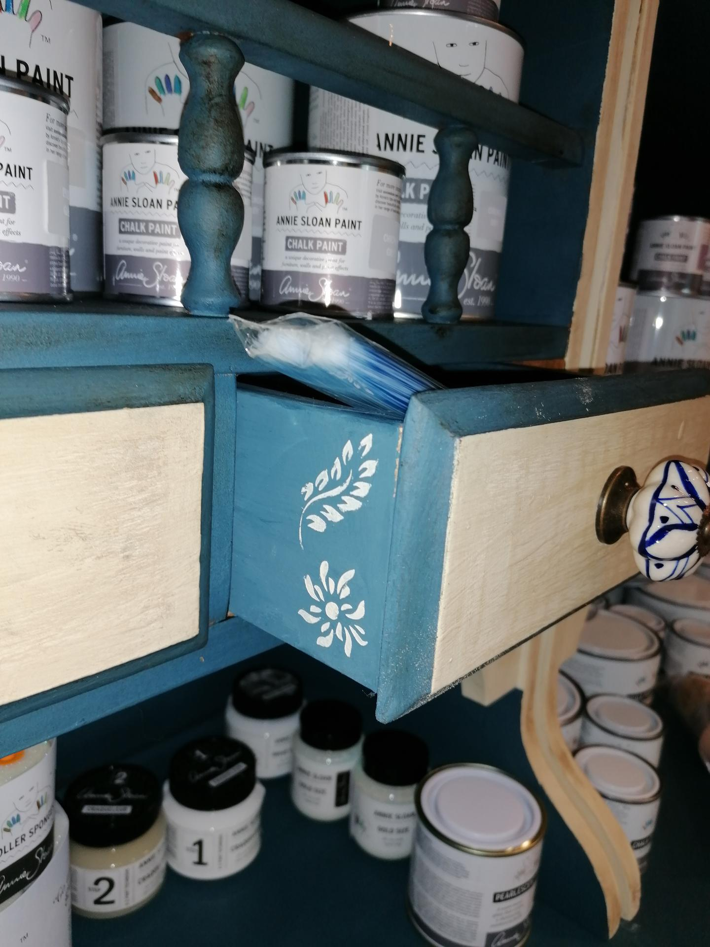 Renovácie nábytku - Rada dávam maľbu aj tam kde sa nečaká. Prekvapenie po otvorení šuflíka.