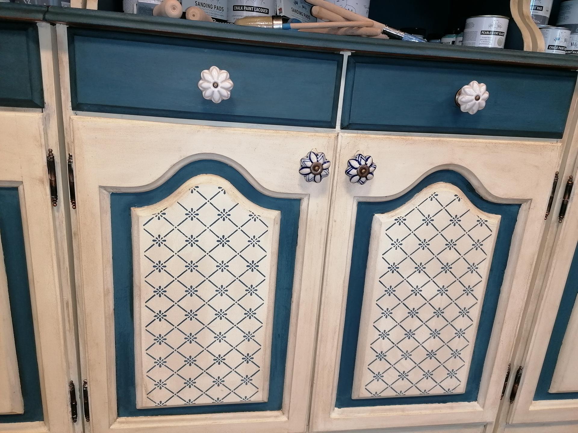 Renovácie nábytku - Detail dvierok, je to maľované cez šablónu