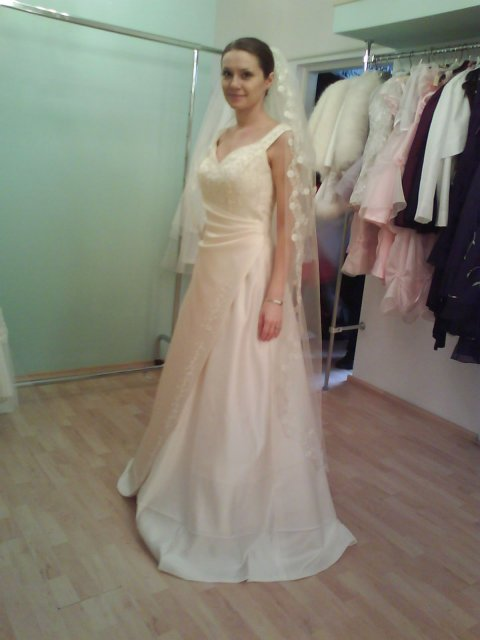 Skúšanie svadobných šiat - šaty Anna Garden zboku so závojom