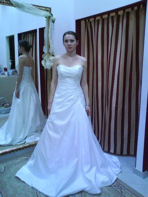 Skúšanie svadobných šiat - Narelle - OC Galeria