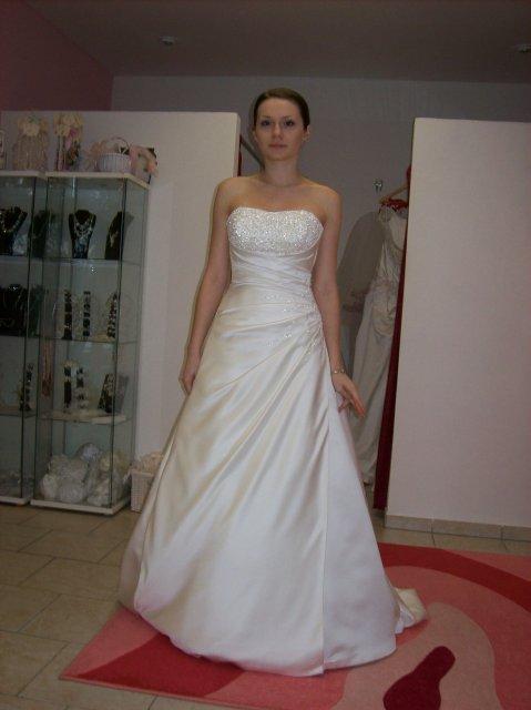 Skúšanie svadobných šiat - Adelaide - salon Diamond