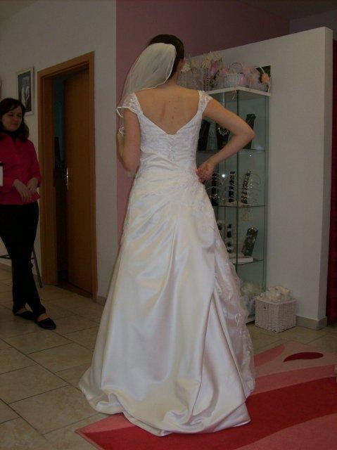 Skúšanie svadobných šiat - Sposa Royale zozadu
