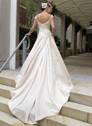 Skúšanie svadobných šiat - Sposa Royale zozadu z katalogu