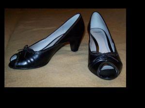 A už mám aj posledný kúsok oblečenia - topánky k popolnočným šatám :)