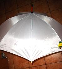 velký bílý deštník, kdyby náhodou pršelo