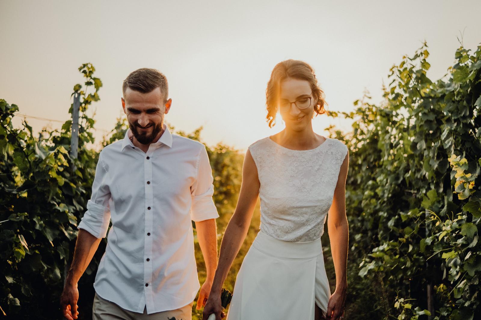 Minimalistické svatební šaty pro vysokou štíhlou postavu - Obrázek č. 1