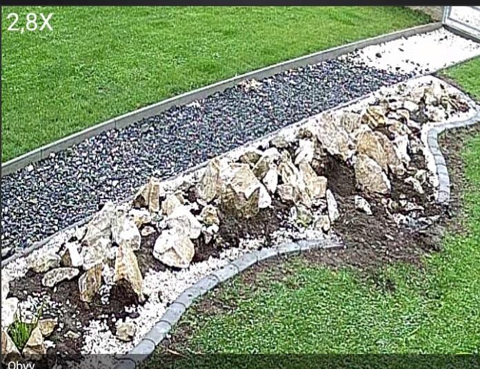 Stavba a destrukce mé skalky - dílo zkázy dokonáno a to ještě na fotce není vidět, že zařvaly všechny vřesy a skalničky. Netřesky po celé zahradě, vřesy na padrť...
