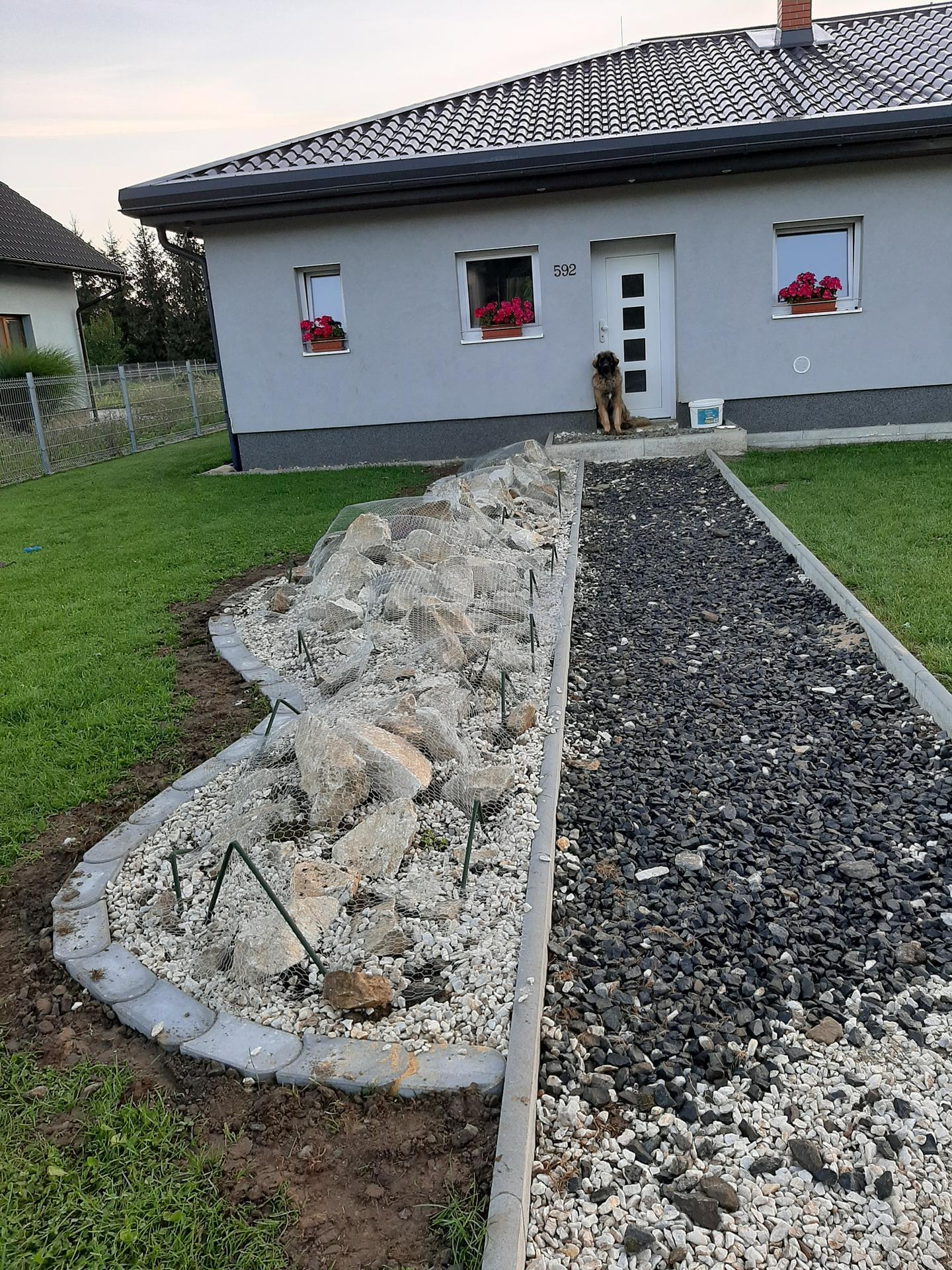 Stavba a destrukce mé skalky - Tak jsem naposledy opravila, zasadila už jen něco, zbytek na jaře a dala jsem přes to dočasně pletivo. Vypadá to blbě, ale pes už od včera se toho ani nedotknul :-)