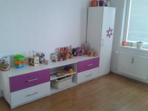 Ešte treba doladiť detaily - koberec, fotky, niečo na stenu....ale to hlavné - posteľ a skrinky máme :)