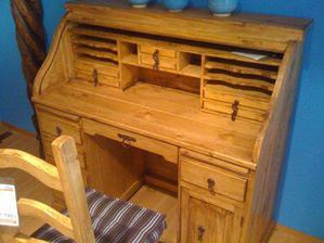 po takovémhle psacím stolečku toužím od nepaměti. nemusí nutně být ze surového dřeva, intarze a lakování beru taky