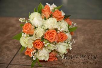 kytici budu mít na tento způsob, oranžové a bílé růžičky, více těch oranžových, místo konvalinek ozdobné perly