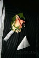korsáž pro ženicha bude s oranžové růže obalená lístky bílé růže