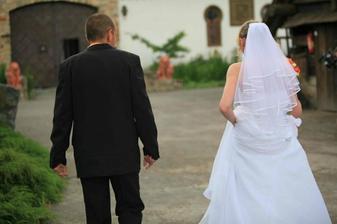 nevěsta se ženichem zezadu :)
