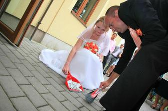 příchod ke svatebnímu stolu