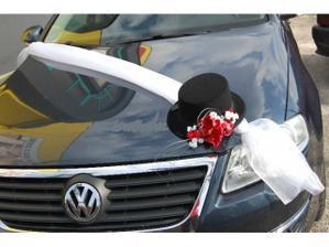 Na auto ženicha jen tam bude ještě malinová organza a na cilindru taky místo květiny