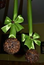 kávové gule ako bytová dekorácia. konkrétne tieto ako ozdoba na záclonu kamoške do kuchyne :-)