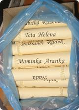 Všechny jmenovky pohromadě jsou schované v krabici od papírů