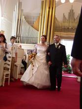 Jdeme - šla jsem hrdě za budoucím manželem a byla jsem hrdá, že jdu s mým úžasným tatínkem.
