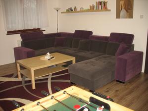 Tak konečně i my máme po dvou letech bydlení naši sedačku. :-) Je z Polska, vyrobená přímo na míru, dva úložné prostory, rozkládací, polohovatelné záhlavníky, barrevně jsme si navrhli sami i polštáře, jsou z každé strany jiná barva a stála 24990,-