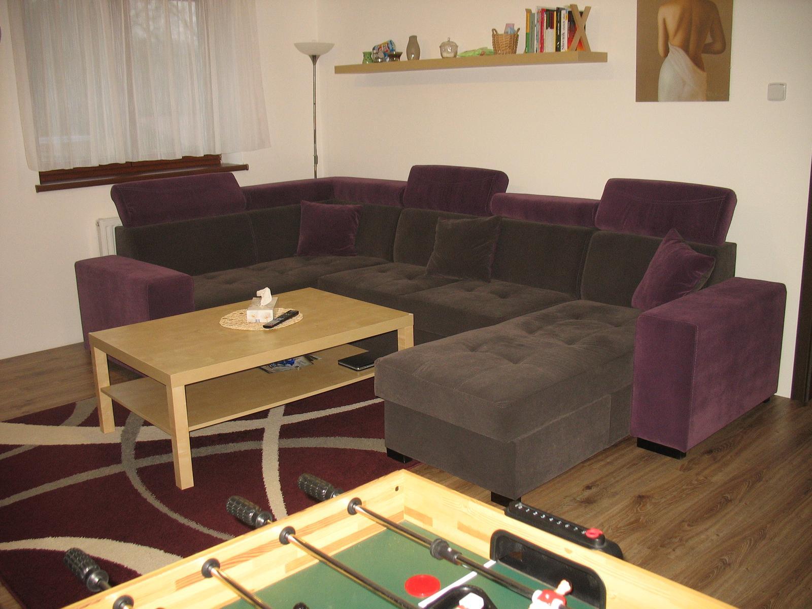 Nový začátek - potřetí - Tak konečně i my máme po dvou letech bydlení naši sedačku. :-) Je z Polska, vyrobená přímo na míru, dva úložné prostory, rozkládací, polohovatelné záhlavníky, barrevně jsme si navrhli sami i polštáře, jsou z každé strany jiná barva a stála 24990,-