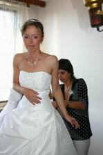 mezitím se pravá nevěsta rychle obléká...ach to šněrování :-)