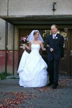 cestou z domu měla nevěsta na růžích ustláno :-)