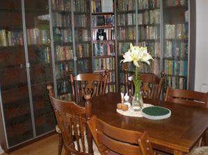 nová knihovna v jídelně v kombinaci se starým stolem