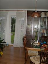 vchod na zahradu - sem chci římské roletky - provizorní záclona