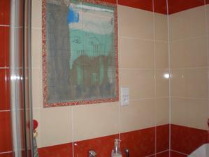 také problém se zásuvkou, zrcadlo mělo být původně přes celou stěnu