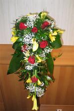 nebo přidat kalu ? kala, růže, frézie, gypsofila, zeleň, držák piaflor
