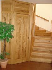 pohlad z dola,pod schodami je technicka miestnost-pracka,kotol...