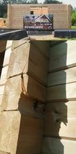 kláda prasklá hrubým nedodržení stavebního postupu