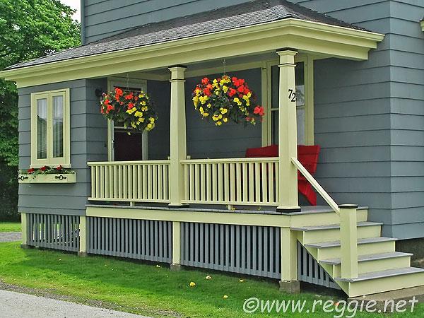 Jak to mají v USA - Líbí se mi všechno! Obklad, zábradlí, barvy, květiny, posezení.
