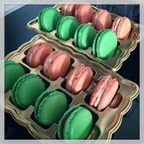 Makronky v jarních barvách - čokoláda (zelené) a kaštanový krém (oranžové).