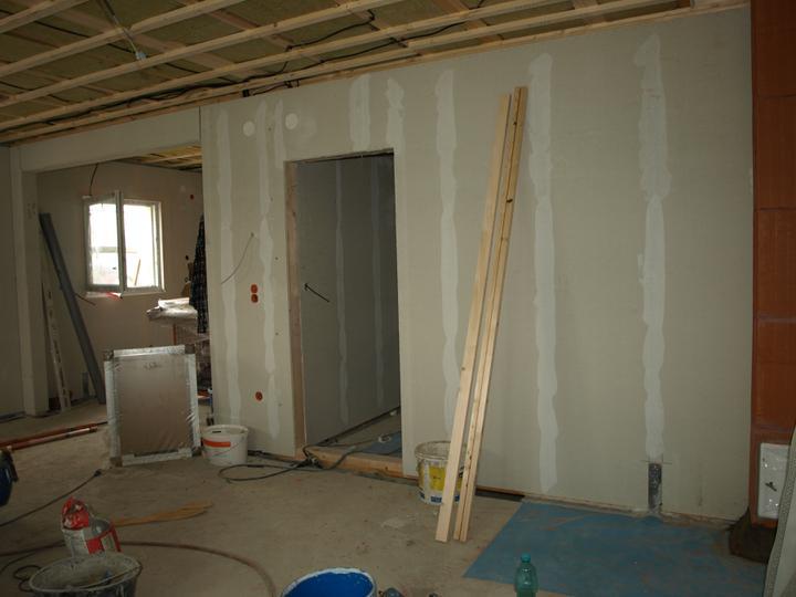 Pohled z obýváku na dveře do chodby a kuchyň
