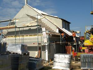 Den 3. pokračují práce na střeše