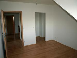 pohled z dětského pokoje 2 do chodby a upravená komora na šatničku