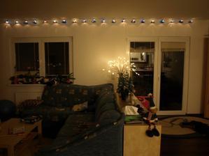 fotek z vánoc včetně výzdoby domečku bylo plno, ale bohužel se s koncem roku rozloučil s námi i starý PC a většina dat je v pytli..:-(