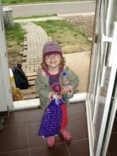 Saša se vrací z jeslí po provizorním chodníčku a schodech :-D