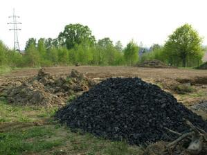 jsme z uhelného kraje, tak co dát pod dlažbu jiného než haldovinu a sem tam i kus uhlí :-))