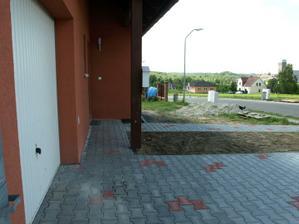 pod prodlouženou střechou je chodníček až ke garáži