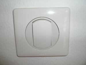 biele vypínače v izbách
