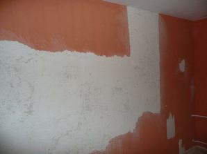 Farbu z niektorých stien bolo treba oškrábať