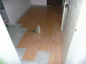 A začína sa klásť podlaha ;-)