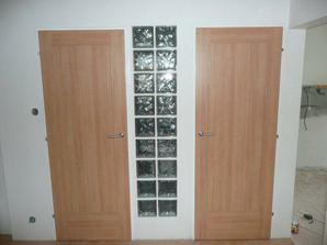 Pohľad do chodby ... nové dvere na kúpelni a wc
