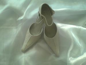 Svadobné topánočky ;-) nízke a pohodlné, presne ako som chcela.