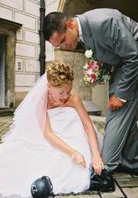 trochu nebezpečí...ženich se bál o nohu :o)