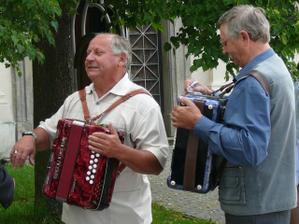 Harmonikáři, ketří nám hráli před obřadem i na hostině