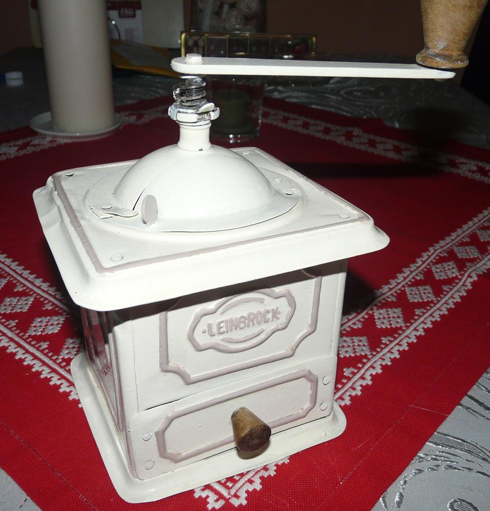 Zo starého nové - bohužiaľ nemám foto pôvodného stavu, ale mlynček, kúpený za 5 € na burze, bol nenormálne hrdzavý. Neviem, či by som ešte raz v takom stave nejaký kúpila :). Tento som darovala mame.