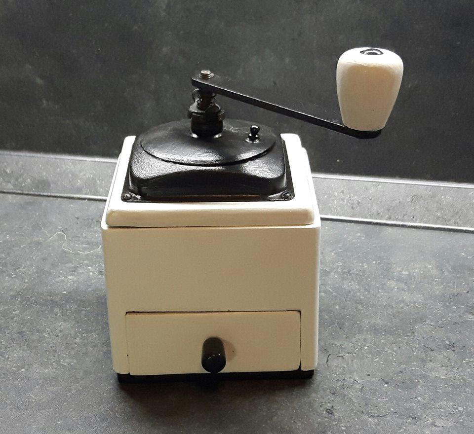 Zo starého nové - tento mlynček som už robila pre seba. Tiež bol kúpený na burze. Stále vonia po káve